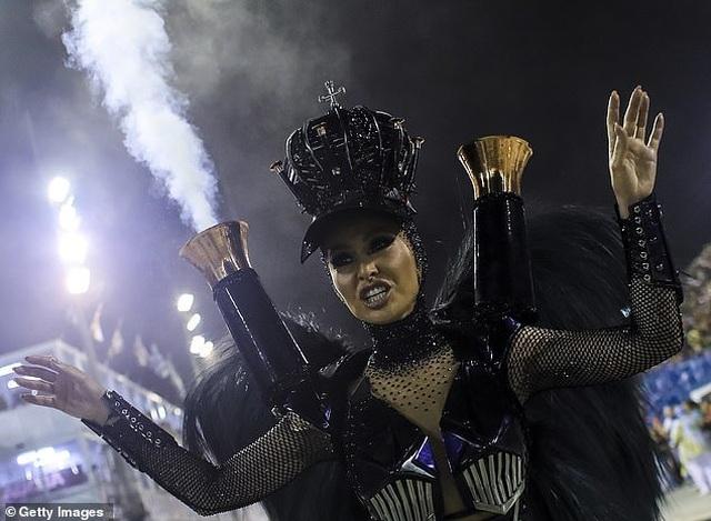 Thiên thần nội y mặc táo bạo dự lễ hội Rio Carnival - 10