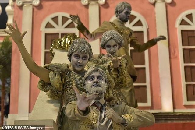 Thiên thần nội y mặc táo bạo dự lễ hội Rio Carnival - 11