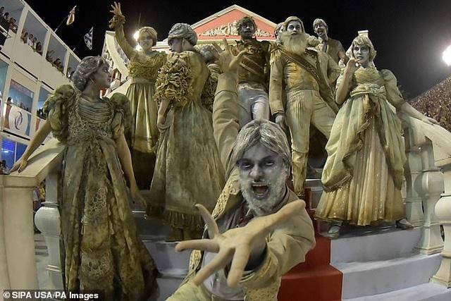 Thiên thần nội y mặc táo bạo dự lễ hội Rio Carnival - 12