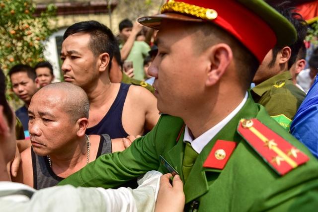 Thanh niên ẩu đả giành cây bông ở hội làng ngoại thành Hà Nội - 8