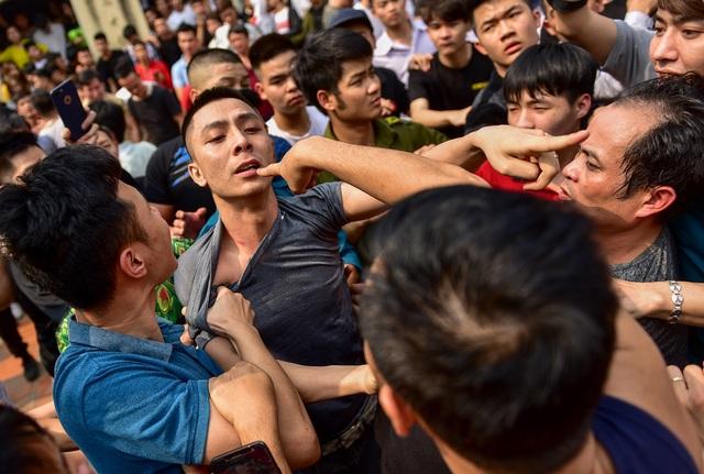 Thanh niên ẩu đả giành cây bông ở hội làng ngoại thành Hà Nội - 6