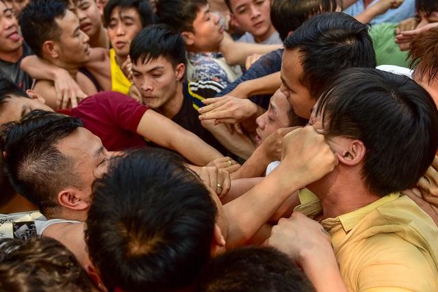 Thanh niên ẩu đả giành cây bông ở hội làng ngoại thành Hà Nội - 7