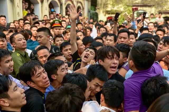 Thanh niên ẩu đả giành cây bông ở hội làng ngoại thành Hà Nội - 4