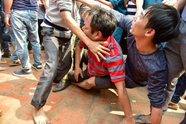 Thanh niên ẩu đả giành cây bông ở hội làng ngoại thành Hà Nội - 12
