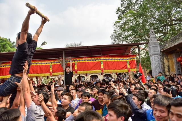 Thanh niên ẩu đả giành cây bông ở hội làng ngoại thành Hà Nội - 9
