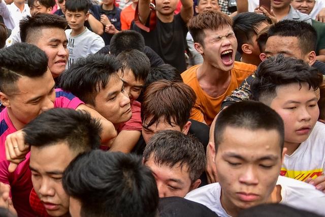 Thanh niên ẩu đả giành cây bông ở hội làng ngoại thành Hà Nội - 5