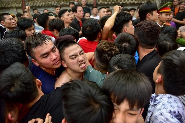 Thanh niên ẩu đả giành cây bông ở hội làng ngoại thành Hà Nội - 10