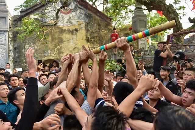 Thanh niên ẩu đả giành cây bông ở hội làng ngoại thành Hà Nội - 13