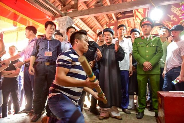 Thanh niên ẩu đả giành cây bông ở hội làng ngoại thành Hà Nội - 14