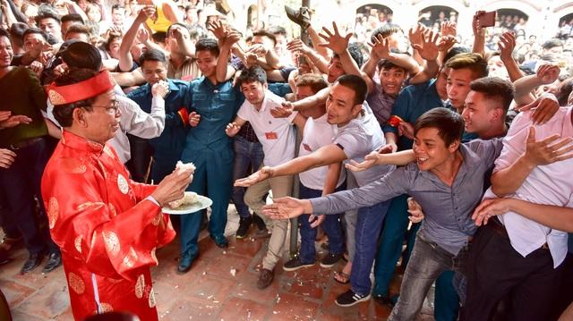 Thanh niên ẩu đả giành cây bông ở hội làng ngoại thành Hà Nội - 2