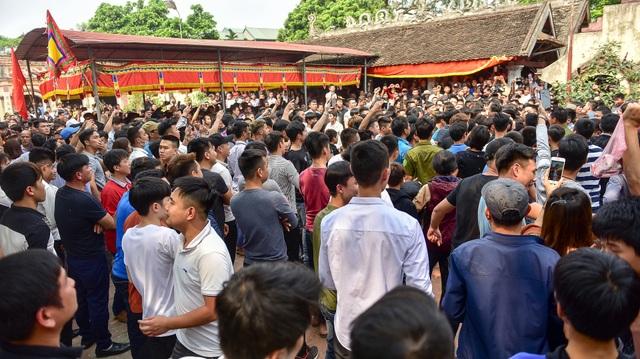 Thanh niên ẩu đả giành cây bông ở hội làng ngoại thành Hà Nội - 1