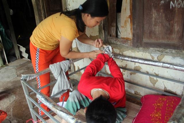 Đớn đau cảnh mẹ trói chân trói tay để đút cho con ăn - 4