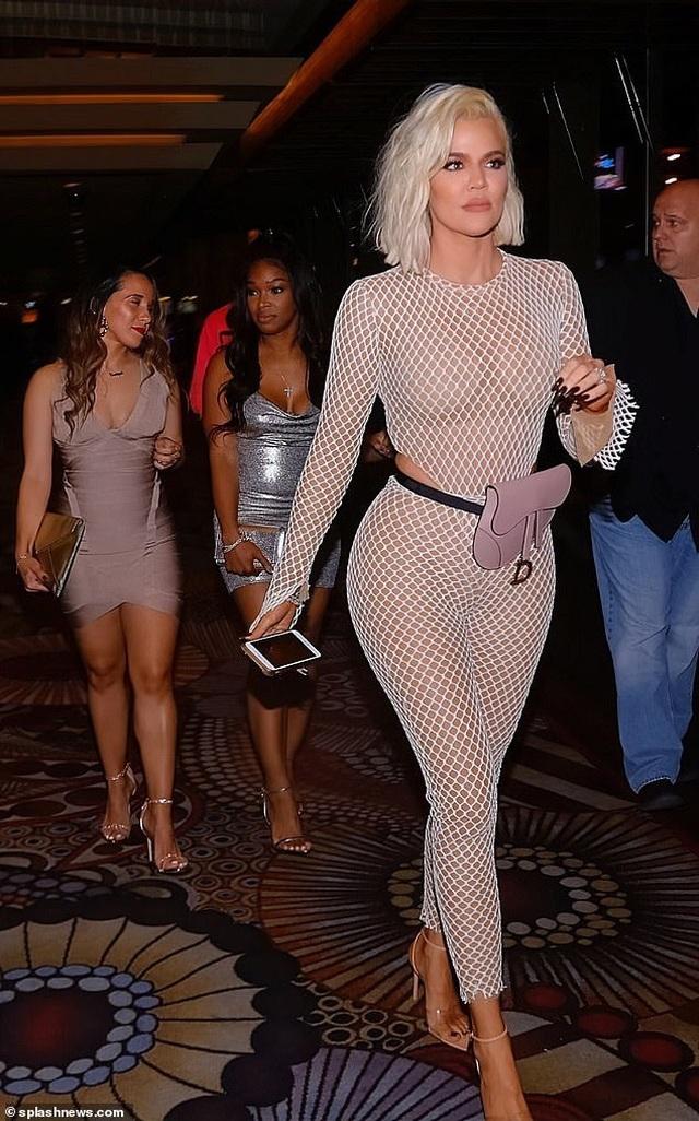 Khloe Kardashian diện trang phục lưới táo bạo - 2