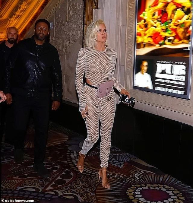 Khloe Kardashian diện trang phục lưới táo bạo - 6
