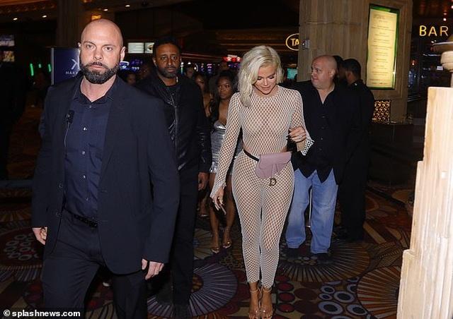Khloe Kardashian diện trang phục lưới táo bạo - 7