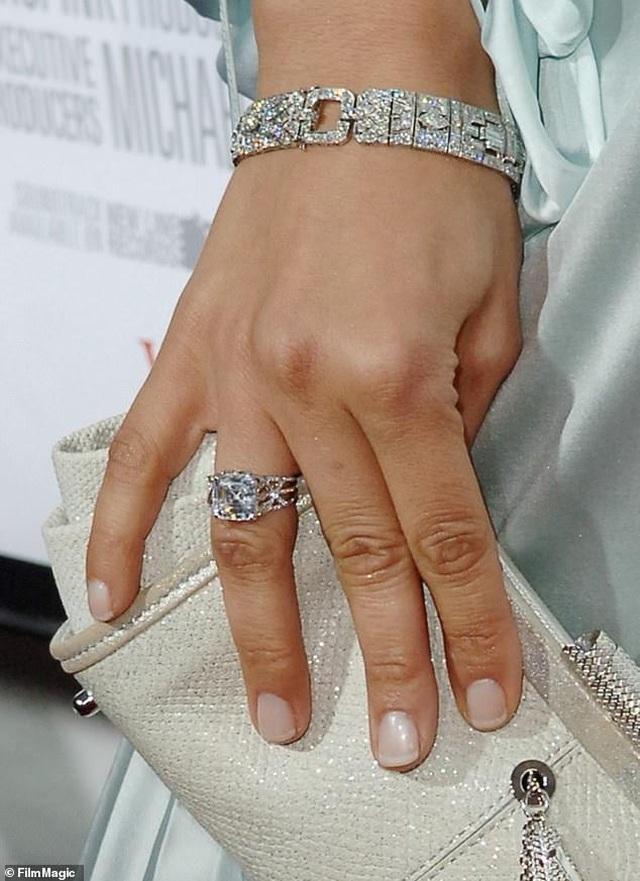 Ngắm loạt nhẫn đính hôn đắt giá của Jennifer Lopez  - 4