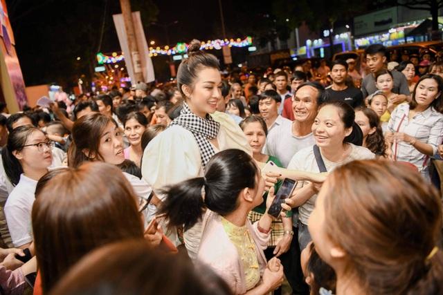 Ngọc Hân, Huyền My, Lệ Hằng bị vây kín trong Lễ hội cà phê Buôn Mê Thuột - 7