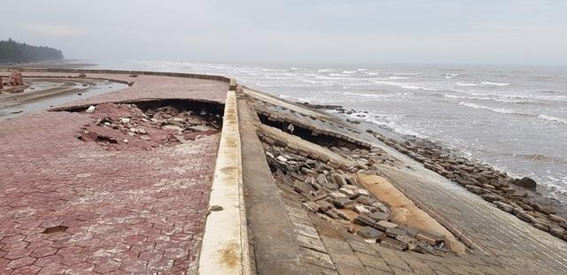 """Kè bảo vệ khu du lịch bị sóng biển """"ngoạm"""" nát - 1"""