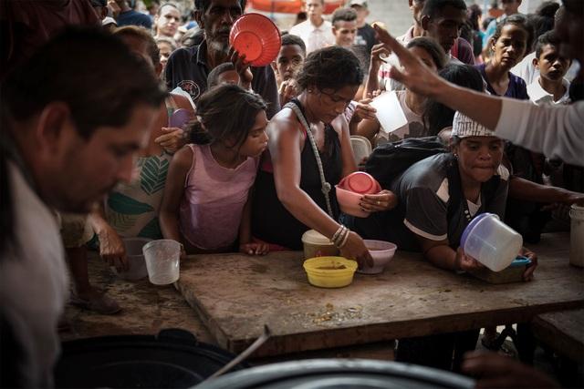 Một bộ phận người dân Venezuela phải lên núi lấy nước suối về dùng vì không có nước máy và nước đóng chai thì quá đắt.