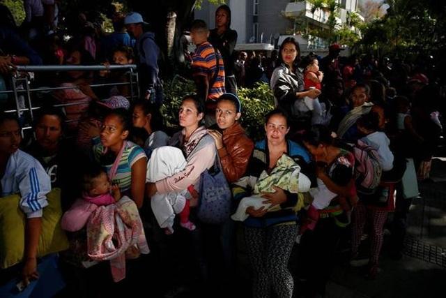 Người dân Venezuela đang phải chịu cảnh mất điện, thiếu lương thực, thuốc men và tiền mặt trầm trọng.