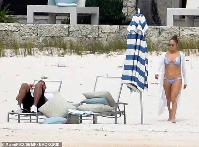 Jennifer Lopez khoe dáng săn chắc trên bãi biển - 4
