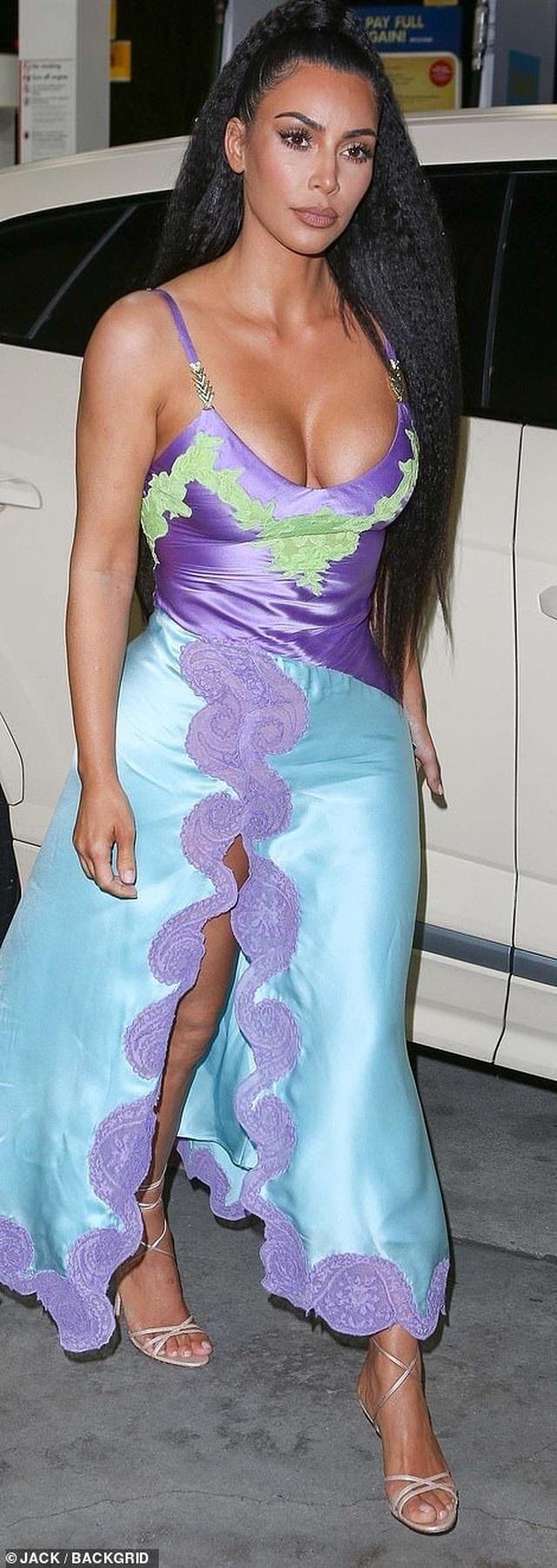 Kim Kardashian gợi cảm đi dự đám cưới bạn - 4