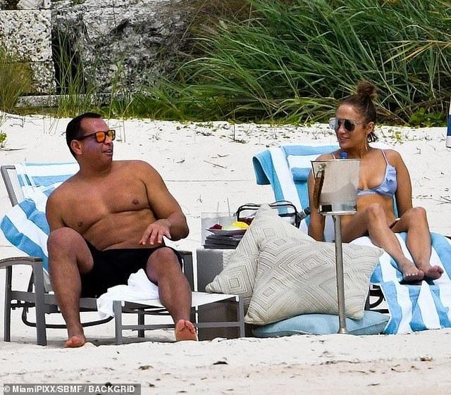 Jennifer Lopez khoe dáng săn chắc trên bãi biển - 2