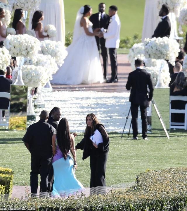 Kim Kardashian gợi cảm đi dự đám cưới bạn - 3