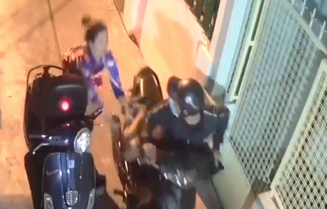 Tên cướp đạp ngã nạn nhân, dùng hung khí tấn công cảnh sát hình sự - 2