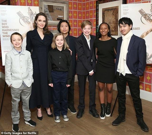 Angelina Jolie khoe hình xăm khủng  - 10