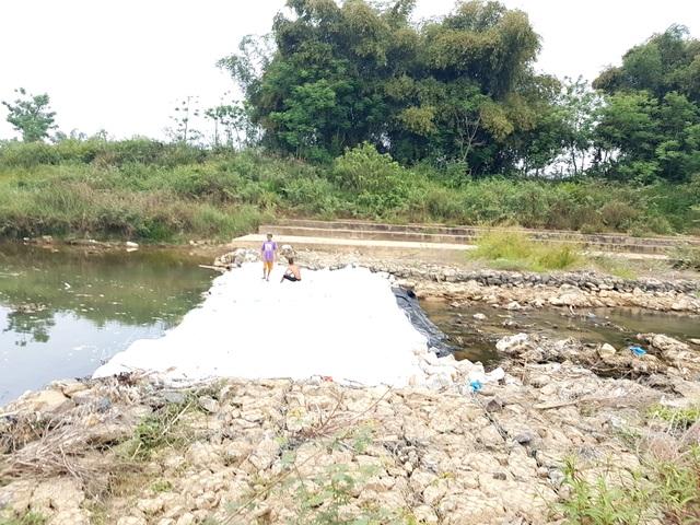 Đắp đập tạm ngăn sông Quảng Huế