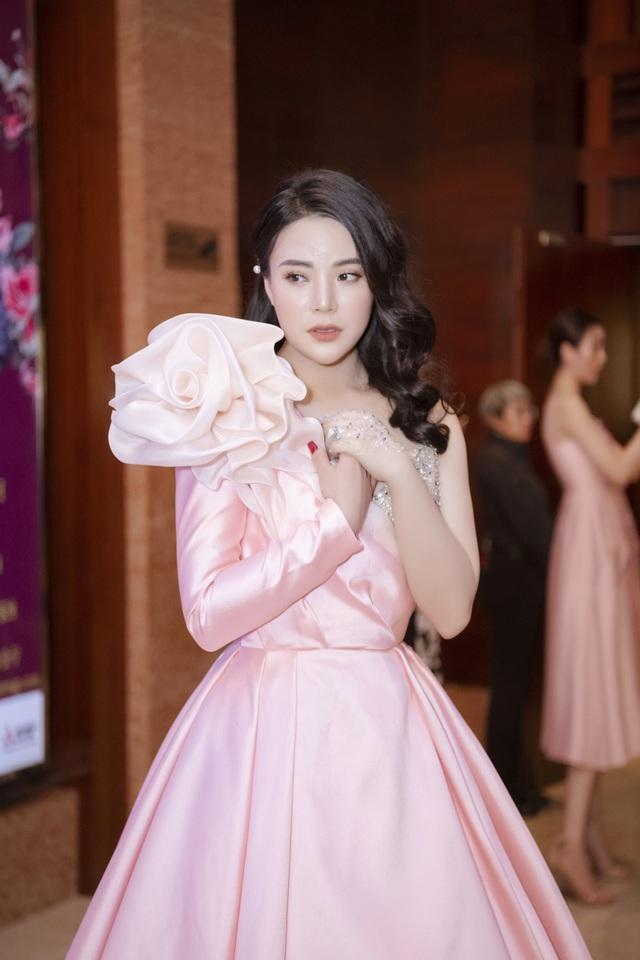 Hoa hậu Kỳ Duyên, Đinh Hiền Anh và doanh nhân Stella Chang đoạt giải trong đêm hội chân dài 12 - 4