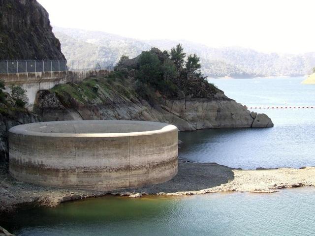 """""""Hố tử thần"""" nằm giữa hồ như """"nuốt chửng"""" mọi vật xung quanh - 2"""