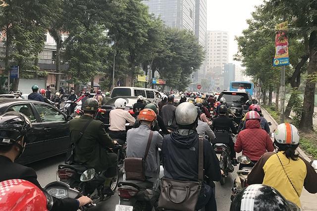 """Xe máy """"lèn chặt"""" trên tuyến đường Hà Nội dự định... cấm xe máy - 10"""