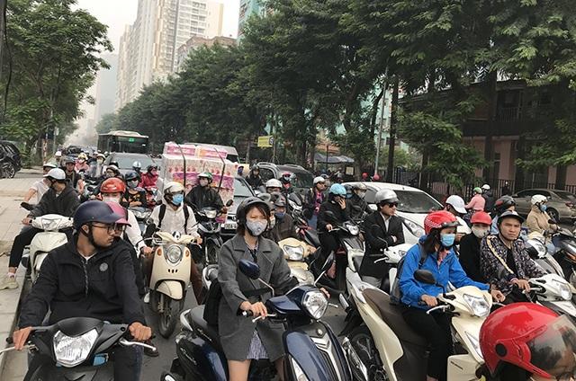 """Xe máy """"lèn chặt"""" trên tuyến đường Hà Nội dự định... cấm xe máy - 9"""