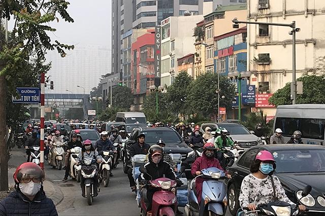 """Xe máy """"lèn chặt"""" trên tuyến đường Hà Nội dự định... cấm xe máy - 2"""