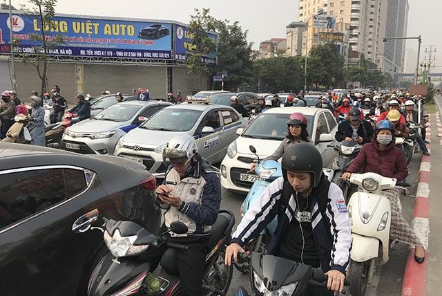"""Xe máy """"lèn chặt"""" trên tuyến đường Hà Nội dự định... cấm xe máy - 1"""