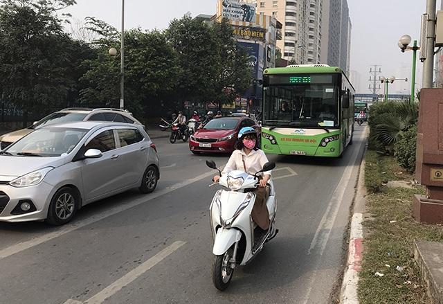 """Xe máy """"lèn chặt"""" trên tuyến đường Hà Nội dự định... cấm xe máy - 7"""