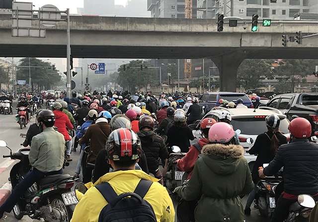 """Xe máy """"lèn chặt"""" trên tuyến đường Hà Nội dự định... cấm xe máy - 3"""