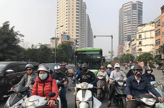 """Xe máy """"lèn chặt"""" trên tuyến đường Hà Nội dự định... cấm xe máy - 5"""