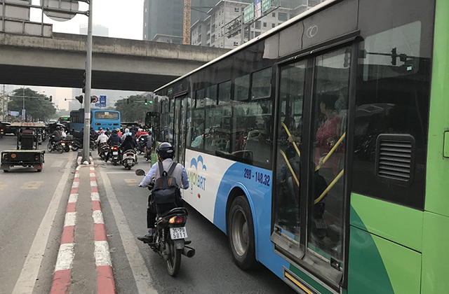 """Xe máy """"lèn chặt"""" trên tuyến đường Hà Nội dự định... cấm xe máy - 8"""