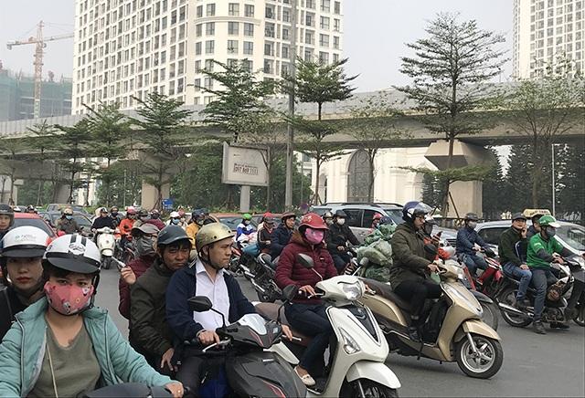 """Xe máy """"lèn chặt"""" trên tuyến đường Hà Nội dự định... cấm xe máy - 6"""