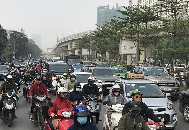 """Xe máy """"lèn chặt"""" trên tuyến đường Hà Nội dự định... cấm xe máy - 4"""