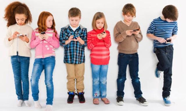 Những sai lầm của cha mẹ khi cho con dùng điện thoại