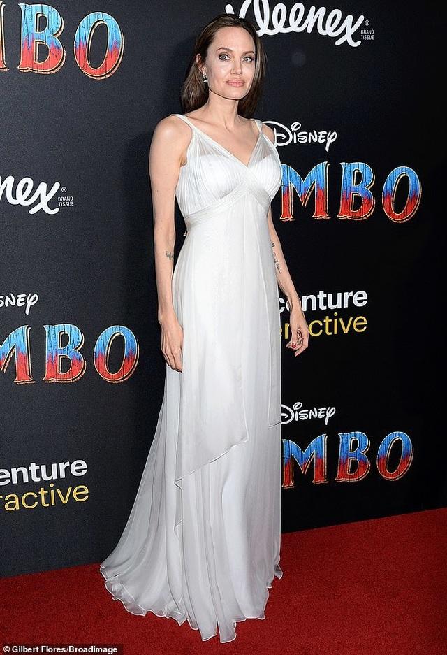 Angelina Jolie khoe hình xăm khủng  - 2