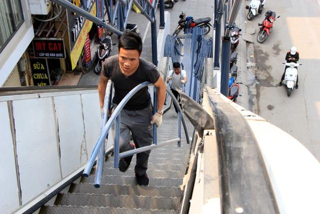 Cận cảnh người nhện gấp rút vệ sinh ga Cát Linh - Hà Đông - 11