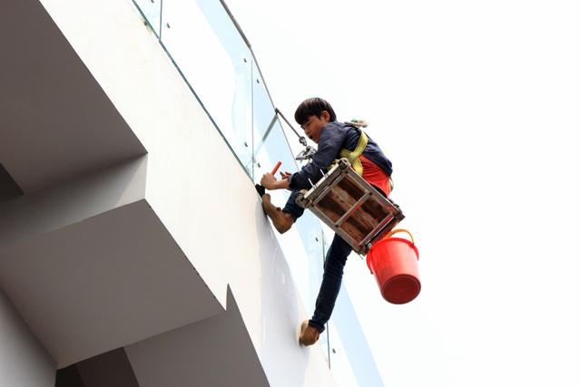 Cận cảnh người nhện gấp rút vệ sinh ga Cát Linh - Hà Đông - 3