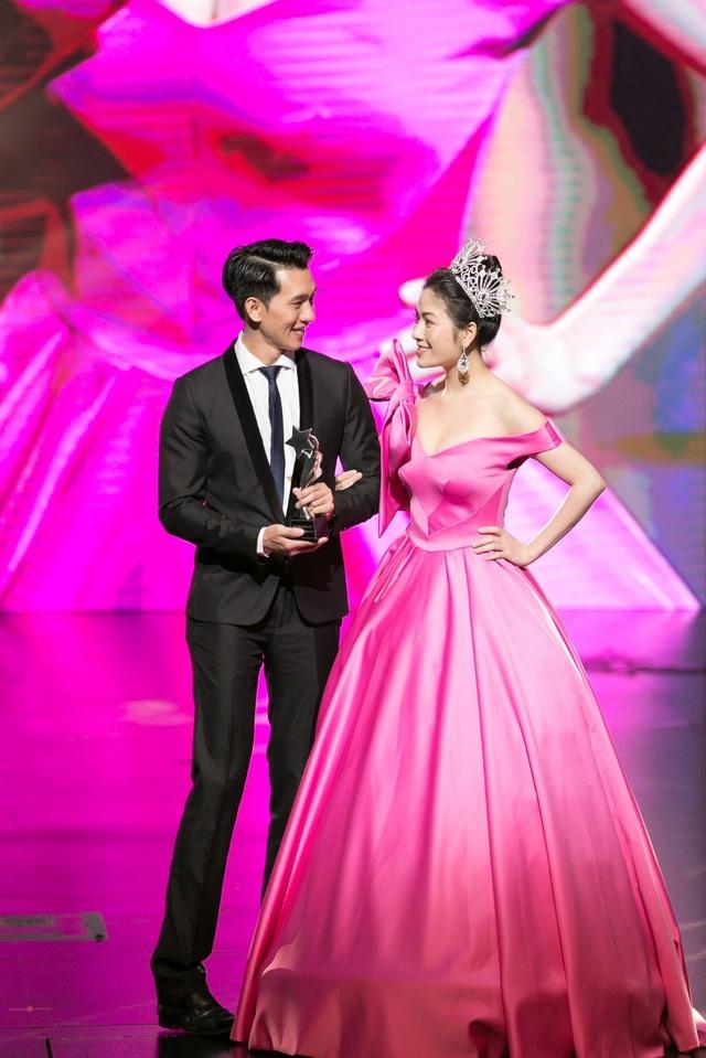 Hoa hậu Kỳ Duyên, Đinh Hiền Anh và doanh nhân Stella Chang đoạt giải trong đêm hội chân dài 12 - 2