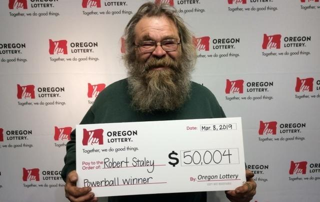 Ông Robert Staley nhận giải thưởng tại Xổ số Oregon.