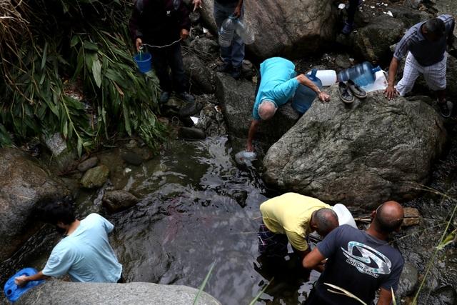 Người Venezuela tuyệt vọng vì mất điện, thiếu nước - 8